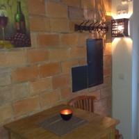 stolek u vchodu